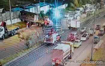 Un accidente de tránsito generó tráfico en la avenida Simón Bolívar - El Comercio (Ecuador)