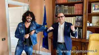 """Francesco Renga sul lungolago di Sarnico per il nuovo video: """"Sarà una hit dell'estate"""" - BergamoNews.it"""