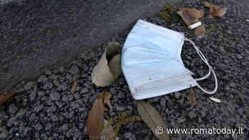 """Guanti e mascherine abbandonati, Raggi firma l'ordinanza: """"Multe tra i 25 e i 500 euro"""""""