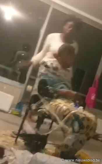Vrouw krijgt pak slaag met rammel terwijl ze vastgekleefd zit aan stoel