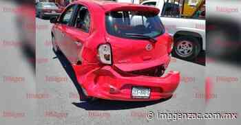 Camioneta impacta fuertemente contra carro en Fresnillo - Imagen de Zacatecas, el periódico de los zacatecanos