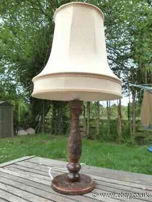LOVELY ANTIQUE VINTAGE ORNATE CARVED WOODEN TABLE LAMP WITH SHADE.