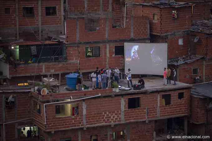 [GALERÍA] Vecinos de José Félix Ribas hicieron un cine en el techo de una casa para pasar la cuarentena