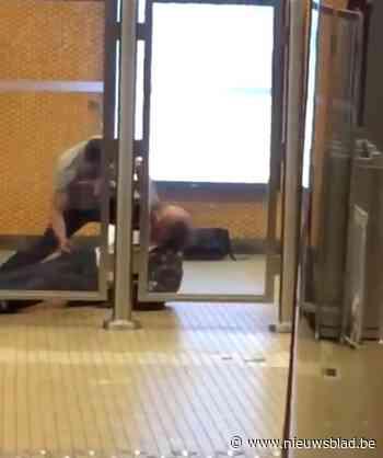 """Man (49) even in levensgevaar na brutale steekpartij in metrostation: """"Geef deze man alsjeblieft aan bij de politie"""""""
