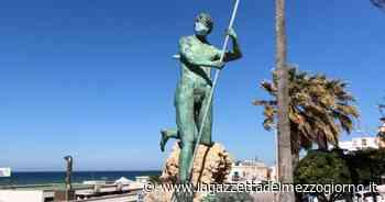 Torre a Mare, anche il Nettuno indossa la mascherina: un artista o un ubriaco? - La Gazzetta del Mezzogiorno