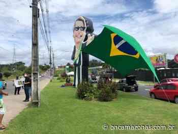 Desafiando vírus, apoiadores de Bolsonaro fazem 'adesivaço' em Manaus - BNC Amazonas