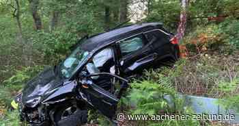 Auf der B221 bei Wegberg landet ein Auto nach einem Unfall im Wald - Aachener Zeitung