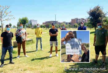 """San Severo, ragazzi in mascherina ripuliscono parco pubblico vandalizzato. Poi affiggono cartelli: """"Speriamo appelli siano ascoltati"""" - l'Immediato"""
