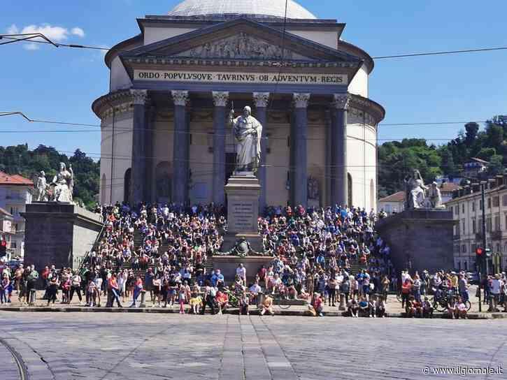 Frecce Tricolori, folla in strada a Torino: scoppia la polemica