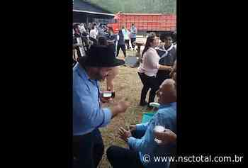 Polícia investiga live com aglomeração e participação do prefeito em Barra Velha   NSC Total - NSC Total