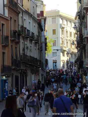 """Cagliari, ritornano le """"vasche"""" nelle vie dello shopping: Via Manno letteralmente invasa nel sabato sera - Casteddu on Line"""