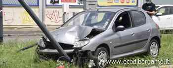 Abbatte un cartellone e un palo della luce Treviglio 22enne fuori strada con l'auto - L'Eco di Bergamo