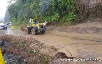 Camionetas quedaron atrapadas por un derrumbe en la vía Baños-Puyo - El Comercio (Ecuador)