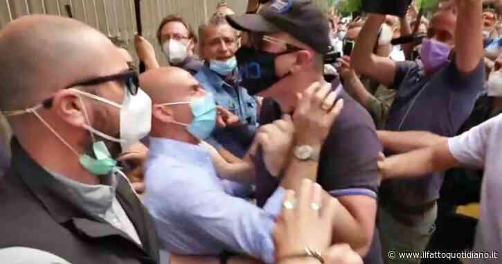 Milano, tensione tra i tassisti sotto la Regione Lombardia: spintoni e urla, interviene la polizia