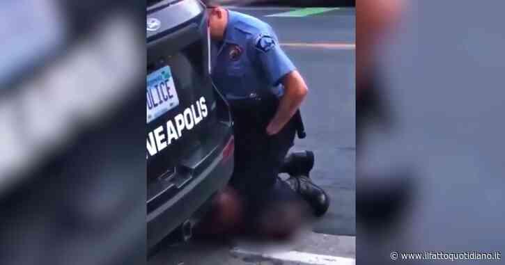 """Usa, poliziotto immobilizza afroamericano mettendogli il ginocchio sul collo: """"Lasciatemi, non respiro"""". L'arrestato muore soffocato"""