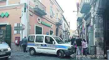 Maddaloni a pezzi: cede vecchio balcone e a via Ponte Carolino chiudono pure i negozi - Il Mattino