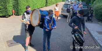 Tambours et grosse caisse devant les maisons de repos de Braine-l'Alleud - dh.be