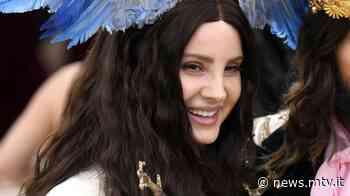 """Lana Del Rey: il nuovo album si intitolerà """"Chemtrails Over The Country Club"""" e uscirà a settembre - MTV.IT"""