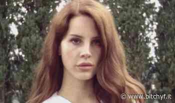 Lana Del Rey si sfoga in una lettera, nomina alcune colleghe e viene accusata di razzismo (la gente non ce la fa a farcela) - Bitchyf.it