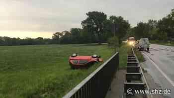Neue Erkenntnisse : Unfall auf der B431 bei Holm: Roter Kleinwagen musste Anhänger ausweichen | shz.de - shz.de