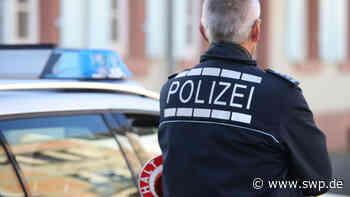 Polizei Dettingen: Weinflasche gegen Polizeiauto geworfen - Täter flüchtet - SWP