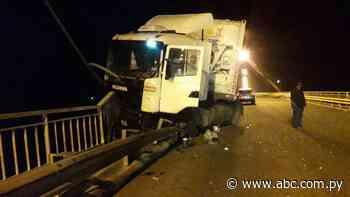 Camión casi cae de un puente tras choque en Concepción - Nacionales - ABC Color
