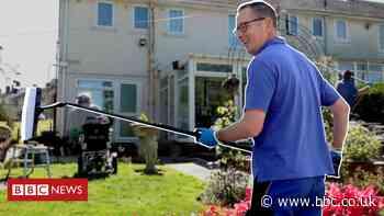 Coronavirus: Window cleaner helps elderly clients through isolation