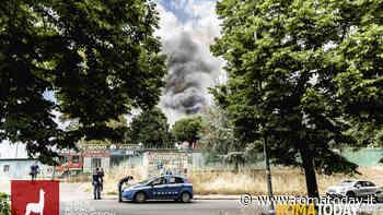 Incendio a Villa De Sanctis: colonna di fumo nero visibile da chilometri