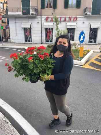 Carsoli, alcuni cittadini aiutano ad innaffiare i fiori del comune - Terre Marsicane