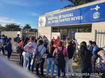 Técnicos em enfermagem protestam em frente a hospital, na Serra - A Gazeta ES