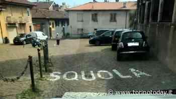 """Da C a Q il passo è breve e sull'asfalto spunta la scritta """"Squola"""", ma è uno scherzo - TorinoToday"""