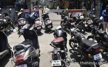 Ritchie Street shoppers park on Anna Salai, hinder traffic flow - The Hindu