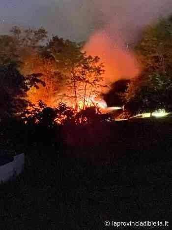 FOTOGALLERY – Incendio a Cossato al confine con Lessona sul posto due squadre dei Vigili del Fuoco - La Provincia di Biella