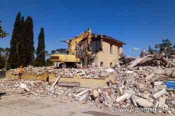 Lazise, abbattuta la vecchia scuola di viale Roma - gardapost
