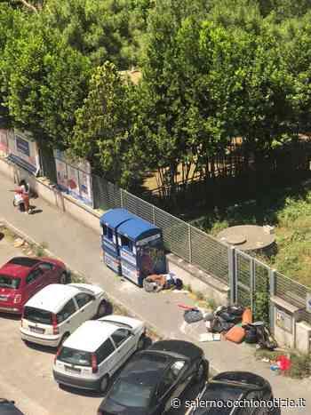 Battipaglia, rifiuti abbandonati su un marciapiede a via Domodossola: la denuncia dei cittadini - L'Occhio di Salerno