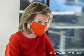 Lady in red: koningin Mathilde stemt mondmasker af op outfit - Het Nieuwsblad
