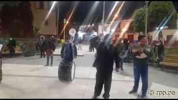Músicos tocan el Himno Nacional en la Plaza de Armas de Huancavelica como medida de protesta - RPP