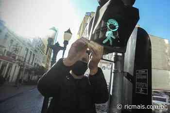 Semáforos de pedestres ganham máscaras para conscientizar curitibanos - RIC Mais