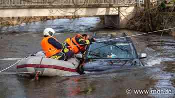 Bad Berka: Auto treibt in Ilm davon - Feuerwehr rettet Insassen | MDR.DE - MDR
