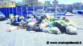 Torre del Greco, raccolta-flop e zero controlli: discarica di rifiuti sulla banchina del porto - Metropolis