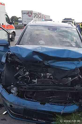Elsdorf: Autofahrer bei Unfall auf A1 eingeklemmt - NDR.de