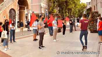 «Con la mascherina, ma non a bocca chiusa»: sit in degli studenti sotto il municipio - VeneziaToday