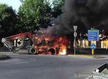 Escavatore in fiamme a Chiari: pompieri in azione - Brescia Settegiorni