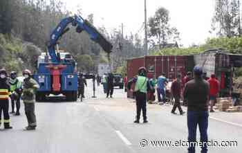 Dos vehículos de transporte pesado se accidentaron en la av. Simón Bolívar - El Comercio (Ecuador)