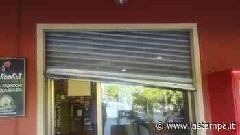Tre giorni dopo la riapertura ladri nel bar tabaccheria a Monchiero. Blitz notturno in 8 minuti ripreso dalle telecamere - La Stampa