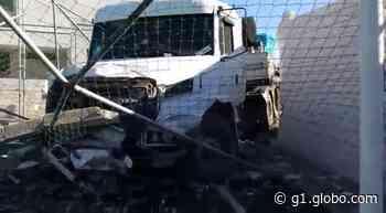 FOTOS: carreta com pisos cerâmicos derruba muro de sindicato em Santa Gertrudes - G1