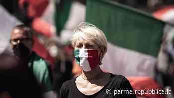 """Parma, mascherine tricolore in piazza Garibaldi. La contro protesta: """"Sono neofascisti"""" - La Repubblica"""
