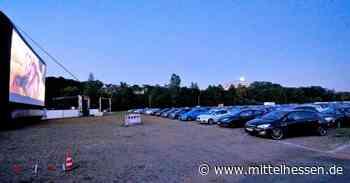 Nostalgie unterm Nachthimmel: 250 Pkw bei Autokino-Start in Herborn - Mittelhessen