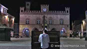 Fidenza, il pianista Francesco Nigri in Piazza Garibaldi per le vittime Covid - Luca Galvani