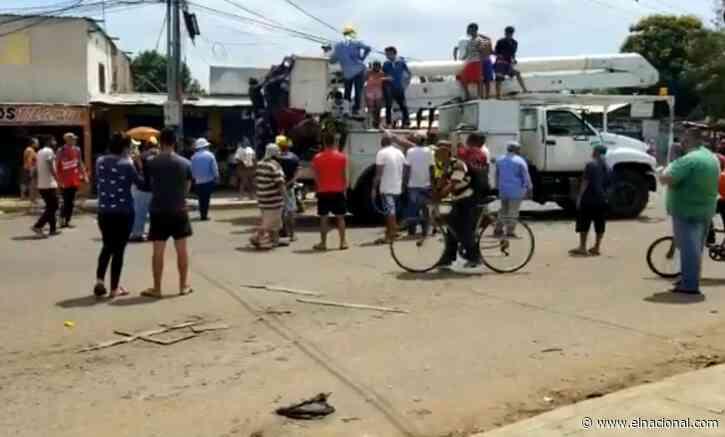 Manifestantes en Maracaibo amenazaron con quemar un camión de Corpoelec si no restablecen el servicio